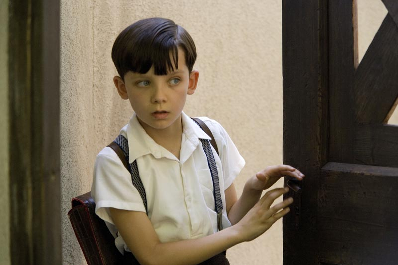 Still image from the boy in the striped pyjamas bruno at the door